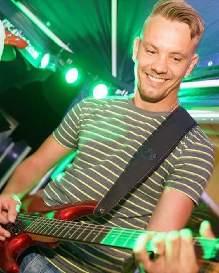 Tim Laan – guitar